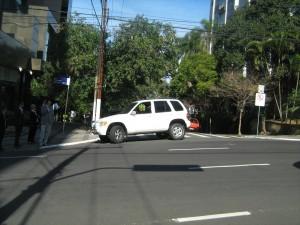 Pra que estacionar se eu posso bloquear a rua?