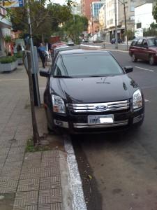 Isso sim que é estacionar perto do meio fio!